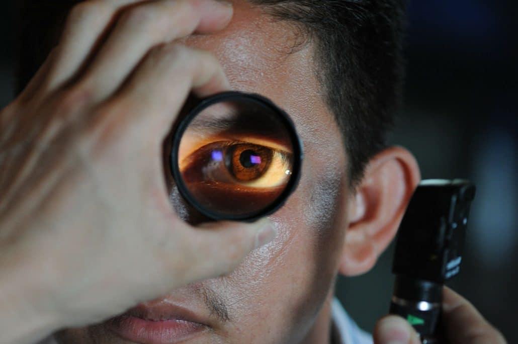 Syndrome de la mouche devant les yeux : tâches noires qui bougent dans notre champ de vision