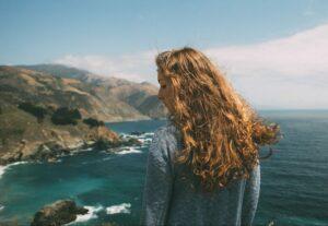 femme faisant secher ses cheveux au vent