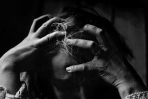 personne sarrachant les cheveux à cause du stress