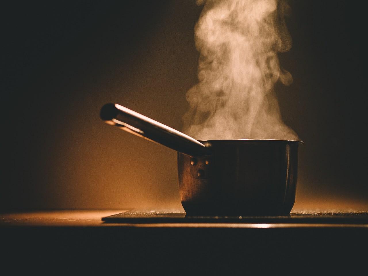De l'eau bouillie dans une casserole