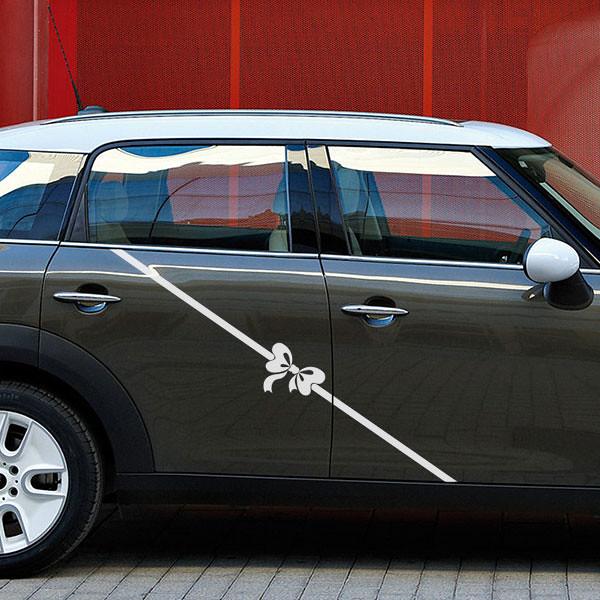 Un autocollant en forme de nœud sur une voiture